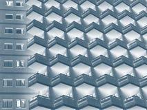 abstrakcjonistyczny duotone wizerunek wielki mieszkaniowy highrise budynek z graniastymi rzędami balkony zdjęcie royalty free