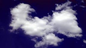 Abstrakcjonistyczny dymiący chmura zmrok - niebieskie niebo dnia piękny tło fotografia stock