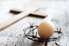 Abstrakcjonistyczny Easter jajko i korona ciernie na rocznika retro drewnianym starym tle zdjęcie stock