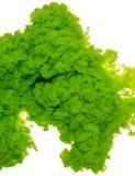 Abstrakcjonistyczny farby tła kolor zielony atramentu pluśnięcie w wodzie odizolowywającej na białym tle Zdjęcie Royalty Free