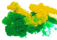 Abstrakcjonistyczny farby tła kolor zielony i żółty atramentu pluśnięcie w wodzie odizolowywającej na białym tle Obrazy Royalty Free