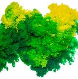 Abstrakcjonistyczny farby tła kolor zielony i żółty atramentu pluśnięcie w wodzie odizolowywającej na białym tle Zdjęcie Royalty Free