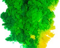 Abstrakcjonistyczny farby tła kolor zielony i żółty atramentu pluśnięcie w wodzie odizolowywającej na białym tle Zdjęcia Royalty Free