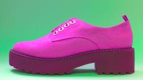 Abstrakcjonistyczny fuksja but z zielonym tłem Obrazy Stock