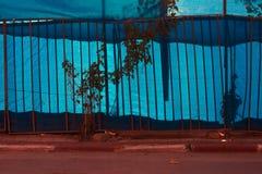 Abstrakcjonistyczny grunge tła metalu grill na błękitnym tle pod czerwonym paskiem asfalt, Zdjęcia Royalty Free