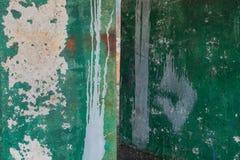 Abstrakcjonistyczny grunge tło z zieleni ścianą z punktami farba biały kolor, rdza i biel lampasy, Zdjęcia Royalty Free