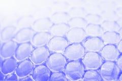 Abstrakcjonistyczny honeycomb komórek wzór w fiołkowych brzmieniach Zdjęcia Royalty Free