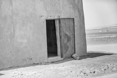 Abstrakcjonistyczny irrealny obrazek k?t dom w pustyni z otwartym b??kitem uszkadza? drzwi ?elazo, Sudan obraz royalty free