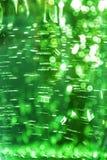 Abstrakcjonistyczny jaskrawy defocused ultra zielonego koloru błyszczący tło z wodną teksturą z bąblami z bokeh skutkiem obrazy stock