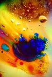 Abstrakcjonistyczny kolorowy tło olej w wody powierzchni pianie mydło z bąbla strzału makro- zakończeniem zdjęcia royalty free