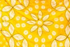 Abstrakcjonistyczny koloru żółtego kontur i nasolenie wzór malujący jedwabniczy batik Zdjęcia Royalty Free