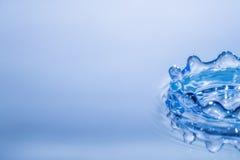 Abstrakcjonistyczny okrąg czochry wody kropli odbicie Błękitny świeży Obrazy Stock