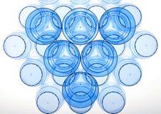 Abstrakcjonistyczny plastikowy filiżanki mieszkanie kłaść z błękitną paletą Fotografia Stock