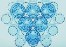 Abstrakcjonistyczny plastikowy filiżanki mieszkanie kłaść z błękitną paletą Zdjęcie Stock