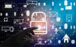 Abstrakcjonistyczny pojęcie, palce dotyka kłódka symbol Z ochroną cyfrowa kradzież tożsamości i prywatność, Online baza danych i obrazy royalty free