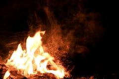 Abstrakcjonistyczny pomarańcze dym na ciemnego czerni tle Zdjęcie Royalty Free