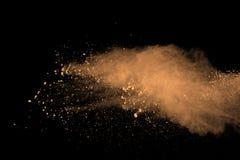 Abstrakcjonistyczny proszek splatted brązu tło Kolorowy prochowy wybuch na czarnym tle Barwiona chmura Kolorowy pył wybucha PA zdjęcie royalty free