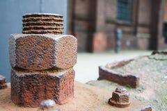 Abstrakcjonistyczny przemysłowy tło z ośniedziałą stali śrubą Obrazy Royalty Free