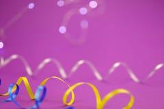 Abstrakcjonistyczny purpurowy tło Światła girlanda i taśma serpentyna Nowego roku `s pojęcie fotografia royalty free