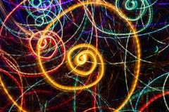 Abstrakcjonistyczny rysunek rozjarzona stubarwna spirala wiruje na czarnym tle zdjęcia royalty free