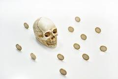 Abstrakcjonistyczny skład z ludzką czaszką i monetami Obrazy Royalty Free
