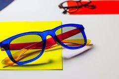 Abstrakcjonistyczny sk?ad okulary przeciws?oneczni na kolorowych kartonach bia?ym tle i zdjęcia royalty free
