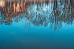 Abstrakcjonistyczny sylwetki odbicie w wodzie Dom i drzewa Artystyczny natury t?o zdjęcie stock