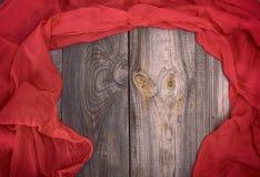 Abstrakcjonistyczny szary drewniany tła i czerwieni szalik Zdjęcie Royalty Free