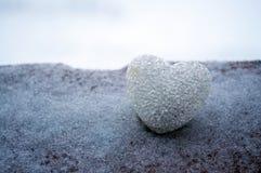 abstrakcjonistyczny szklany serce na śniegu przy nocą Karta dla Walentynki dzień Wybacza ja, brakuje ci miłości, ty słowo czerwie Zdjęcia Royalty Free