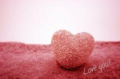 abstrakcjonistyczny szklany serce na śniegu przy nocą Karta dla Walentynki dzień Wybacza ja, brakuje ci miłości, ty słowo czerwie Zdjęcia Stock