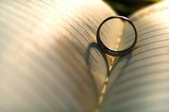 Abstrakcjonistyczny tło kierowy cień obrączka ślubna kasting na książkowej stronie fotografia stock