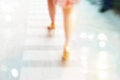 Abstrakcjonistyczny tło, kobiety na szpilki ulicznym spacerze, pastel i plamy pojęcie, Fotografia Stock
