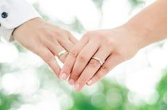 Abstrakcjonistyczny tło kochanek pary mienia ręki z ślubem Obrazy Stock