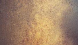 Abstrakcjonistyczny tło, kruszcowy talerz z złotą farbą na powierzchni Obraz Royalty Free