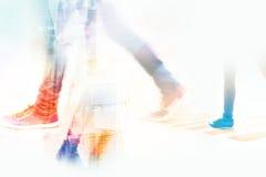 Abstrakcjonistyczny tło, ludzie ulicznego spaceru w mieście, miękka część i pastelowy kolor, tonujemy Zdjęcie Stock