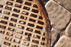 Abstrakcjonistyczny tło manhole pokrywa na drodze obraz stock