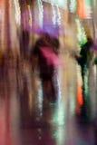 Abstrakcjonistyczny tło pary całowania młodzi ludzie pod parasolem, dżdżysty wieczór, impresjonizm, kolorowy oświetlenie obraz stock