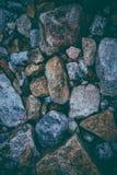 Abstrakcjonistyczny tło robić z skałami Zbliżenie widok ciemni kamienie Rockowa tekstura i tło dla projekta Obraz Stock