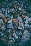 Abstrakcjonistyczny tło robić z skałami Zbliżenie widok ciemni kamienie Rockowa tekstura i tło dla projekta Fotografia Stock