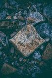 Abstrakcjonistyczny tło robić z skałami Zbliżenie widok ciemni kamienie Rockowa tekstura i tło dla projekta Obrazy Stock