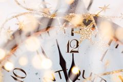 Abstrakcjonistyczny tło z fajerwerkami i zegarem blisko do północy Bożenarodzeniowi i szczęśliwi nowy rok wigilii tła obraz stock