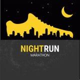 Abstrakcjonistyczny wektorowy plakat - biegać, sporta but i miasto kontur, noc bieg maraton Fotografia Stock