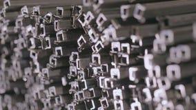 Abstrakcjonistyczny widok metalu kwadrata profil Profilowa drymba w zakrywającym magazynie, profil drymba kłaść w rzędach w ampul zbiory