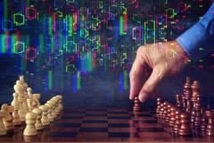 Abstrakcjonistyczny wizerunek biznesmen ręki poruszająca szachowa postać nad szachową deską Biznes, rywalizacja, strategia, przyw Obrazy Royalty Free