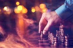 Abstrakcjonistyczny wizerunek biznesmen ręki poruszająca szachowa postać nad szachową deską Biznes, rywalizacja, strategia, przyw Fotografia Stock