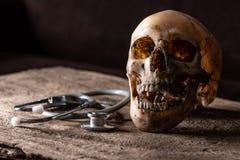Abstrakcjonistyczny wizerunek czaszka kłaść na drewnianej podłoga obrazy royalty free