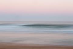 Abstrakcjonistyczny wschodu słońca oceanu tło z zamazanym panning ruchem Zdjęcie Royalty Free
