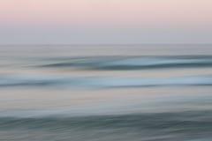 Abstrakcjonistyczny wschodu słońca oceanu tło z zamazanym panning ruchem Obrazy Royalty Free