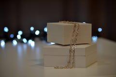 abstrakcjonistycznych gwiazdkę tła dekoracji projektu ciemnej czerwieni wzoru star white Prezentów bożonarodzeniowe światła i pud Obrazy Royalty Free