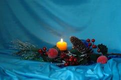 abstrakcjonistycznych gwiazdkę tła dekoracji projektu ciemnej czerwieni wzoru star white Sosen gałąź, zabawki, świeczka na błękit Obrazy Stock